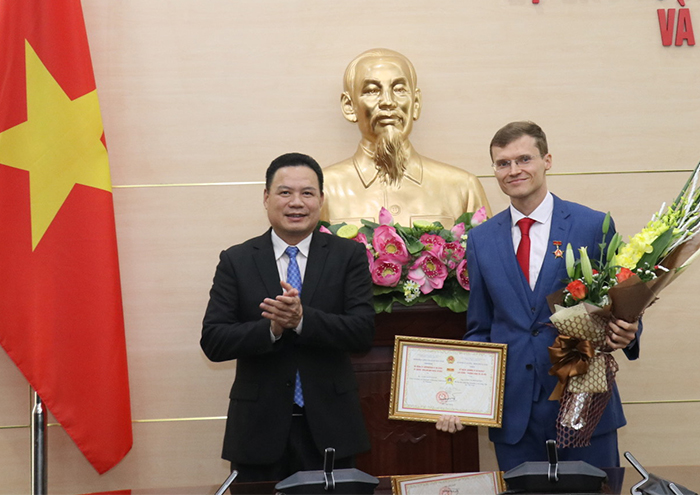 "Awarding ""Medal for the Cause of Labour – Invalids and Social Affairs"" to the First Secretary of Russian Embassy to Vietnam"