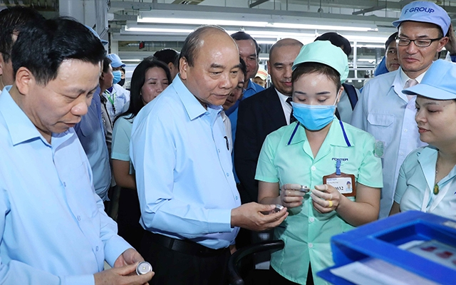 Prime Minister Nguyen Xuan Phuc visits workers in Bac Ninh province