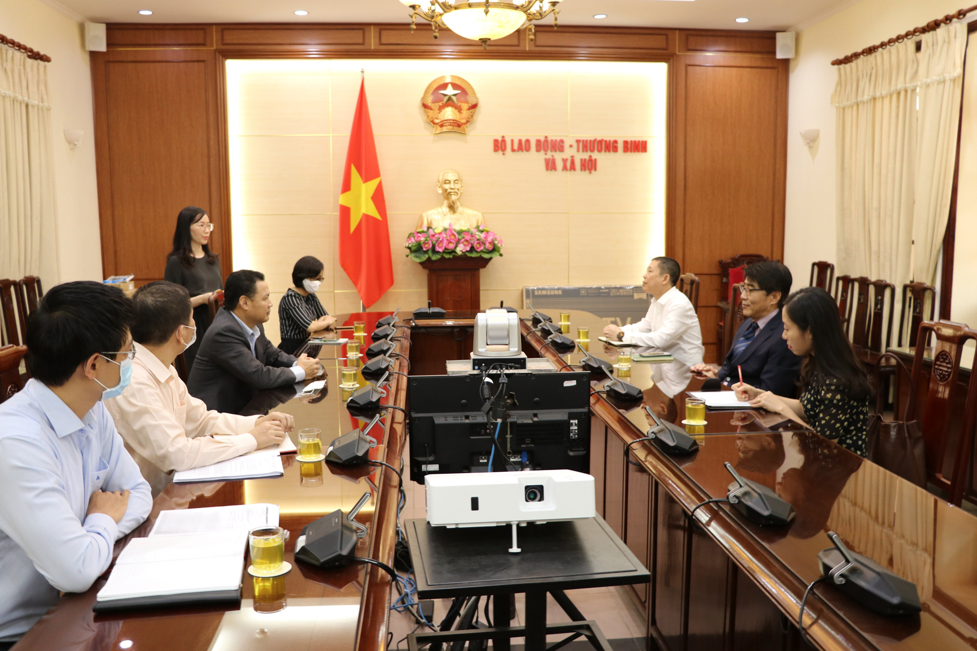 Deputy Minister Le Van Thanh receives Director of ILO Vietnam