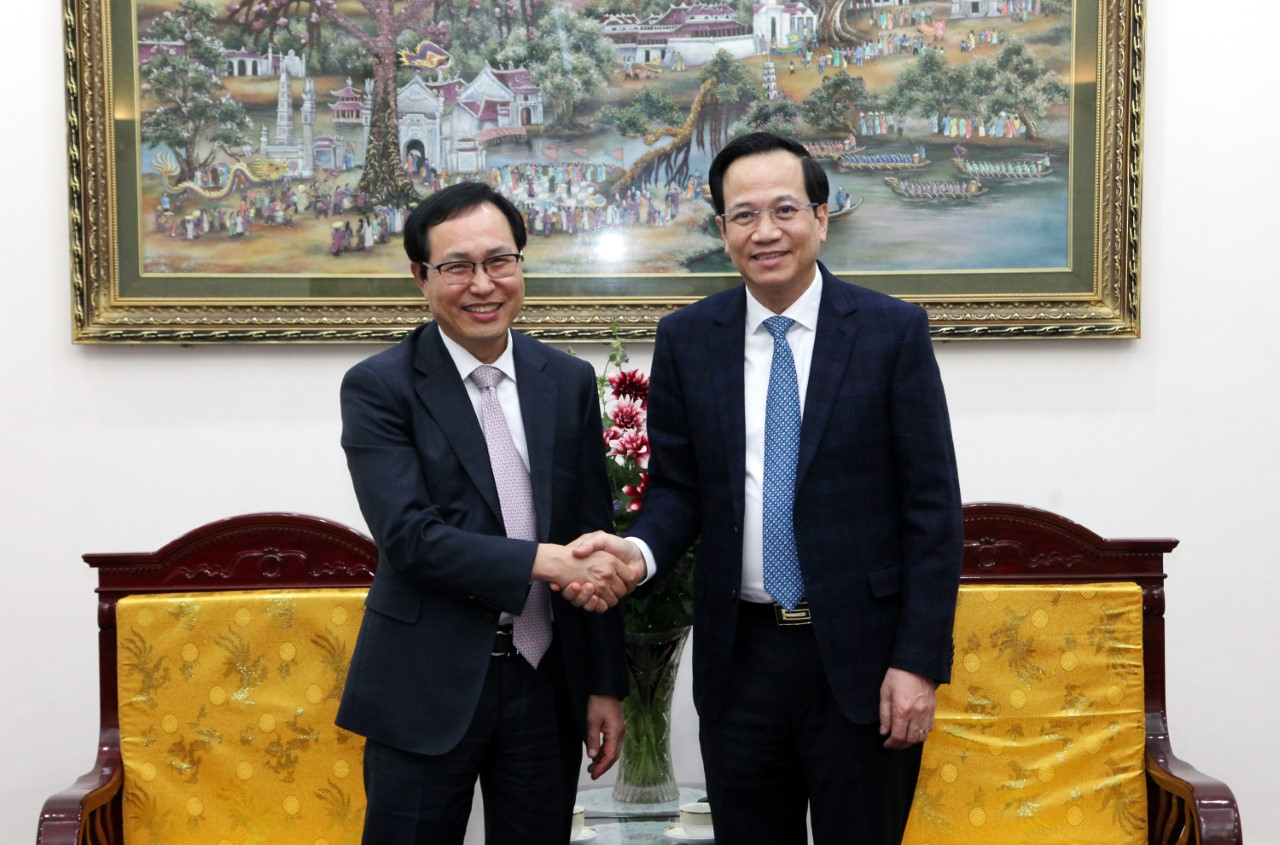 Minister Dao Ngoc Dung receives General Director of Samsung Vietnam
